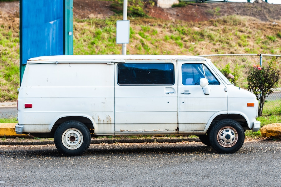 Dirty old white van housing a faulty locksmith in Detroit, MI.